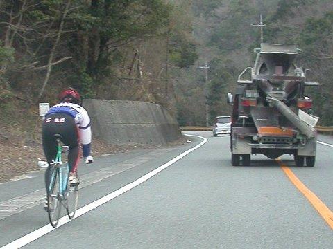 競輪選手 競輪選手 公道で練習なんて、モラルに欠けています。 その自転車、公道で走れる仕様なのか